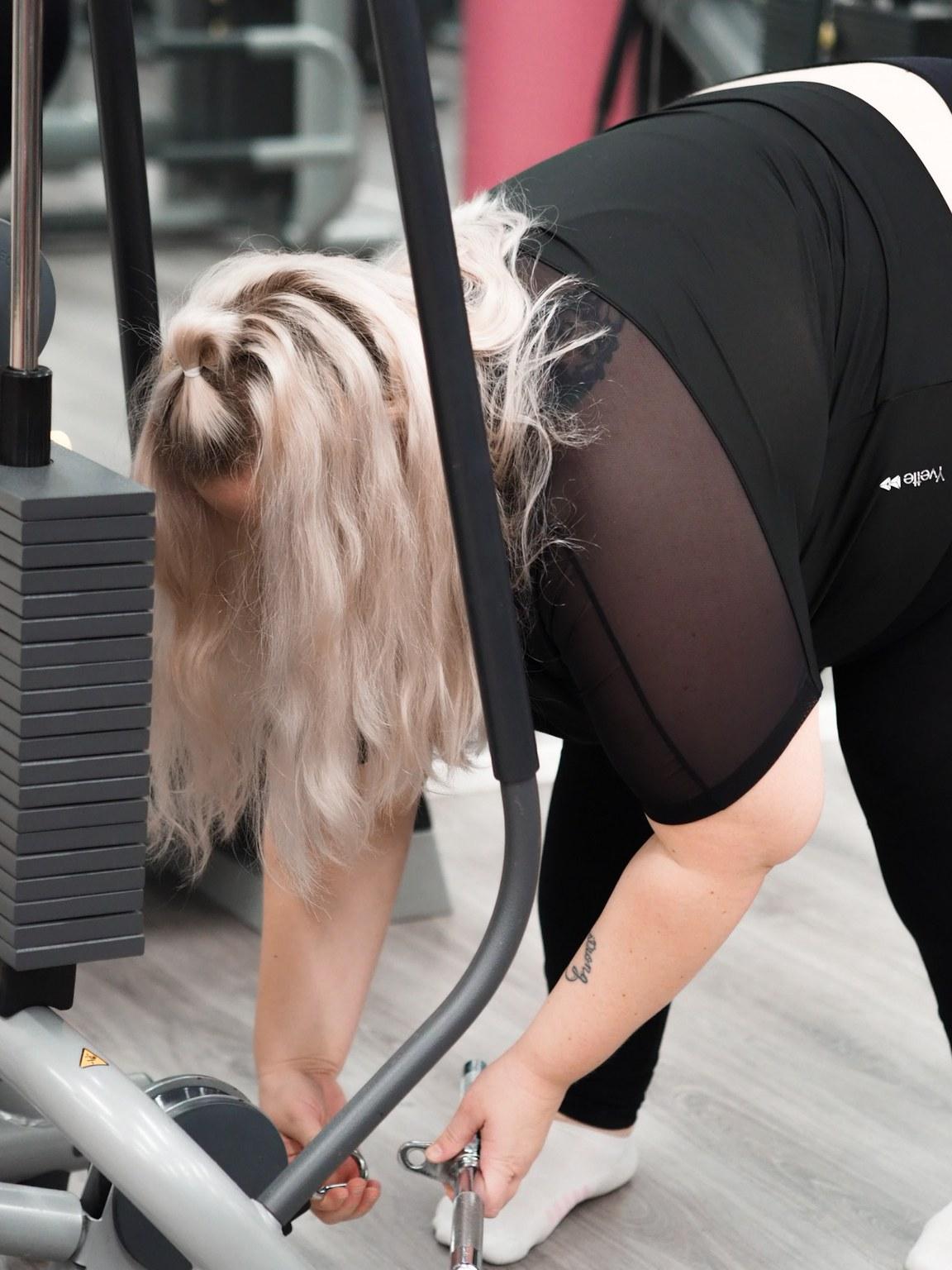 ylipainoinen nainen harrastaa liikuntaa