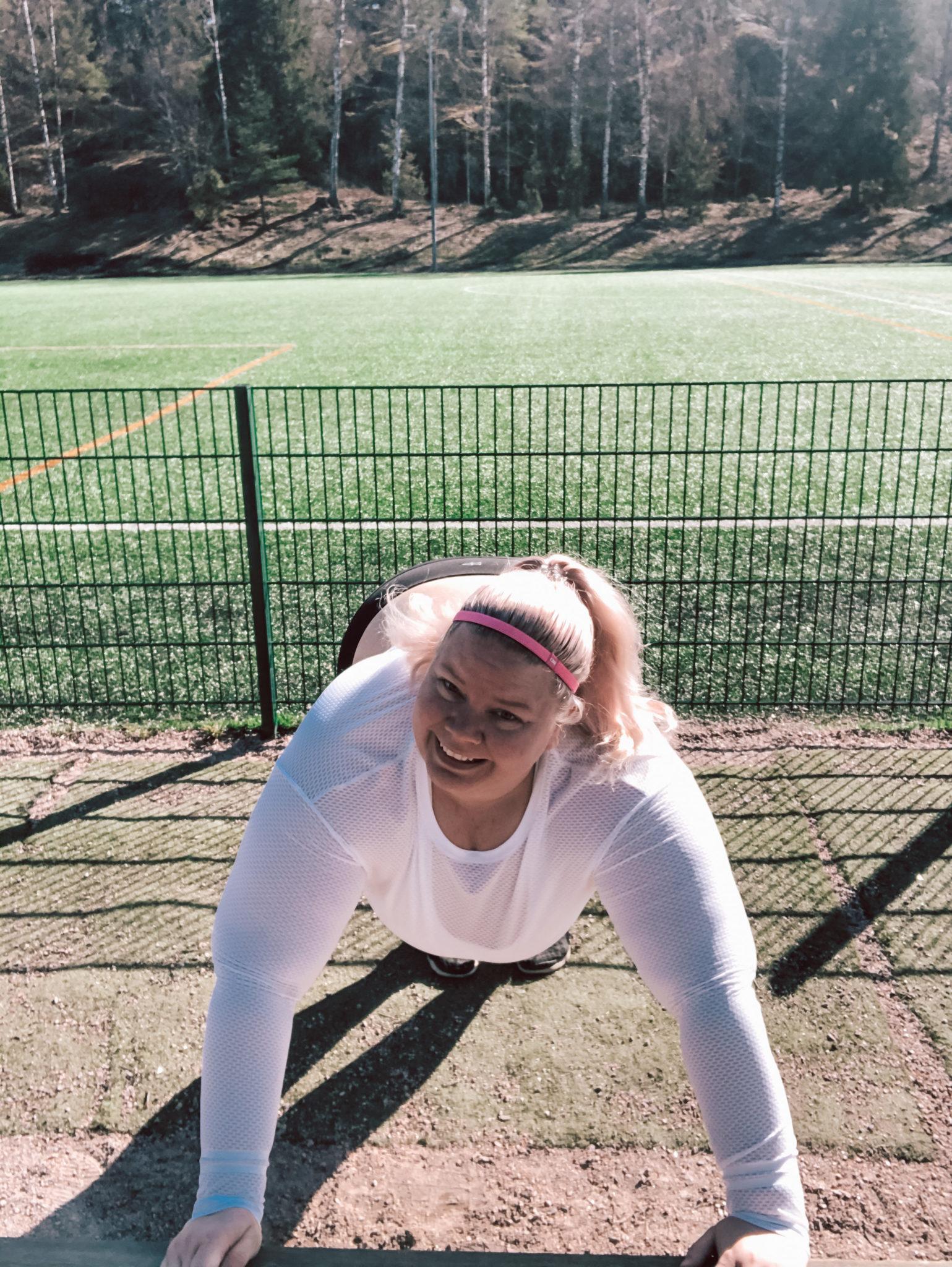 Nainen treenaa, elämäntapamuutoksen haitat